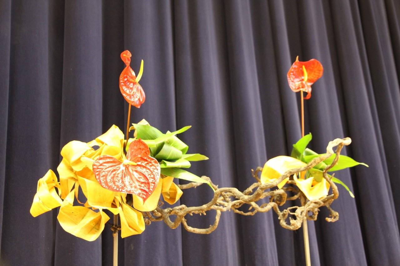 Elizabeth Asikainen ja Heidi Wegelius (Suomen Sogetsu-ikebana ry) tekivät salin kaunistukseksi ikebana-asetelman