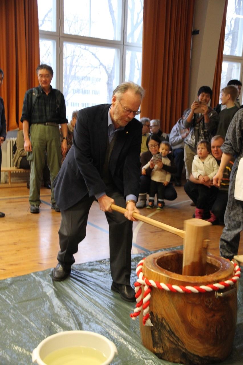 JKY:n puheenjohtaja Ronny Rönnqvist paukuttamassa mochi-taikinaa