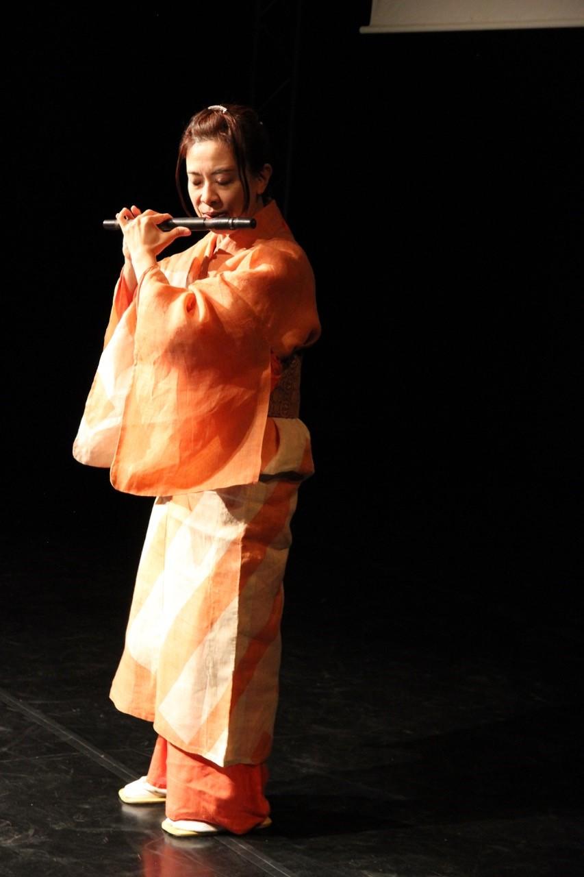 Nōkan-huilisti Kumiko Nonaka esiintyi ja kertoi soittimestaan