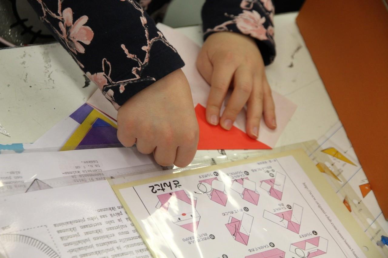 Taitavat pienet kädet origamipajassa