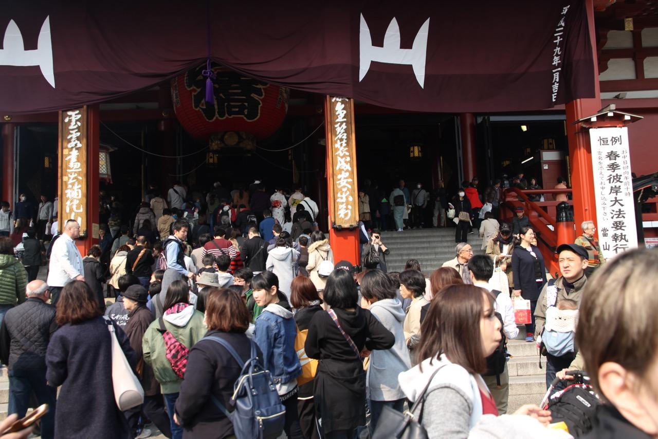 Asakusassa japanilaisia viettämässä vapaapäivää