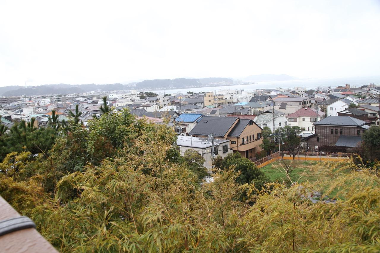 Hasederalta näkyy Kamakuran kattoja ja merta