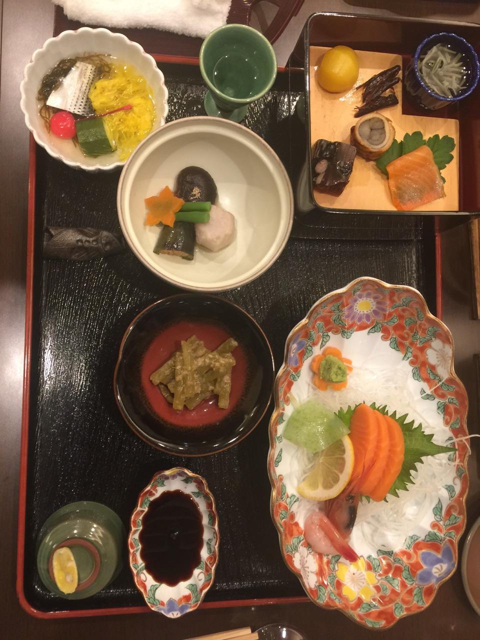 Illallisen alkupalat ryokanissa, onsenin hotellissa, heinäsirkat olivat maukkaita (Markun huom.)