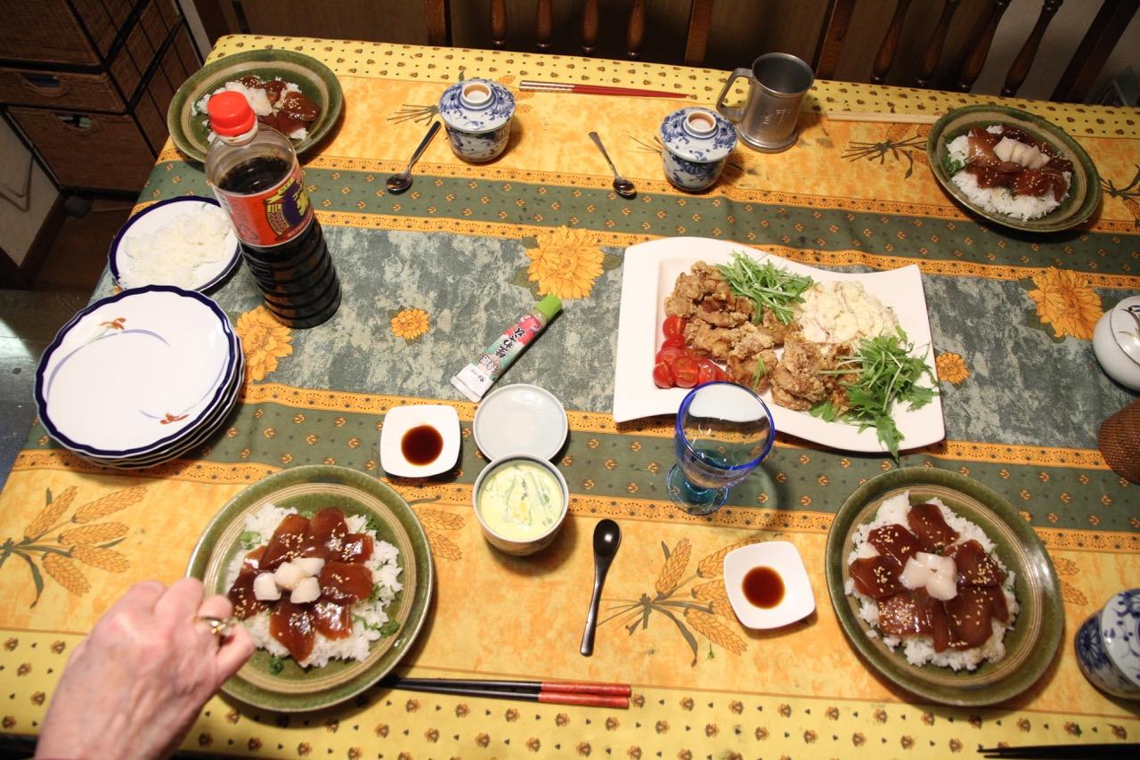 Jäähyväisateria, kotiruokaa ystävien luona: tonnikala-chirashisushi, chawanmushi (munaa kupissa), kara-age, pottusalaattia