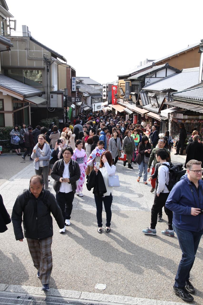 Kaunis päivä Kiotossa, paljon turisteja