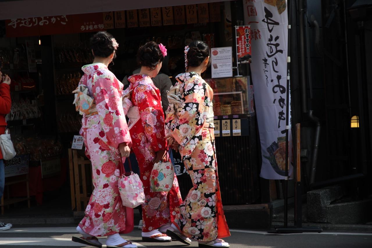 Kyomizuderan turistit vuokraavat kimonon